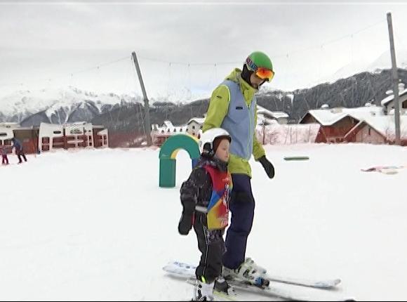 В Сочи школьников научили кататься на лыжах и сноуборде