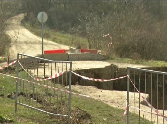 Жители Горячего Ключа отказались переселяться из дома возле разрушенной оползнем дороги