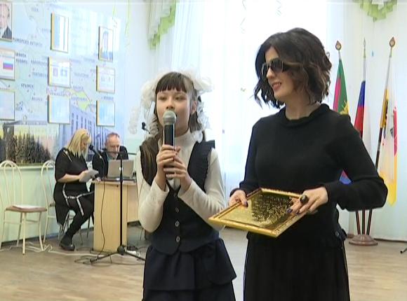 В Краснодаре школу для слабовидящих посетила певица Диана Гурцкая