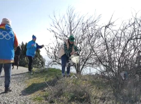 В Анапе волонтеры срежут с деревьев памятные ленточки