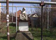 Жители Краснодара пытаются узнать историю необычной скульптуры матери с ребенком