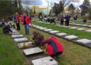 В Краснодаре на Всесвятском кладбище провели субботник