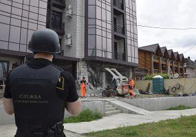 В Сочи начали сносить четырехэтажный самострой