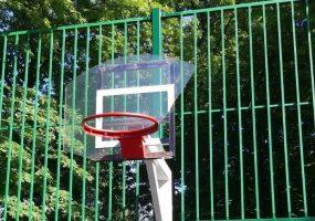 В краснодарском парке со слоном вандалы разбили два баскетбольных щита