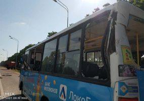 В Краснодаре оторвавшийся от грузовика ковш повредил автобус, трое пострадали