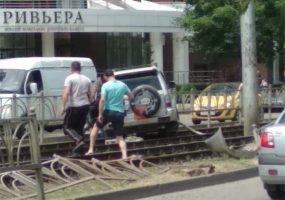 В Краснодаре внедорожник протаранил забор и выехал на трамвайные пути