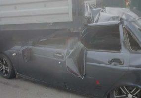В Краснодаре легковушка попала под грузовик, есть пострадавшие