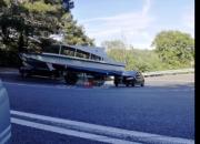 В Сочи оторвавшийся от грузовика прицеп с катером въехал в легковушку
