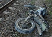 В Новороссийске мотоцикл врезался в поезд, есть погибший