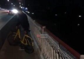 В Сочи парень бросил каршеринговый велосипед с моста в реку