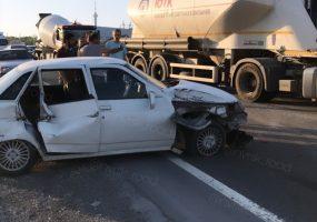 Под Новороссийском рейсовый автобус без тормозов зацепил несколько машин