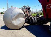 В Ейске с тягача на легковушку упала цистерна