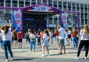 На главной площади Краснодара в День России провели масштабный флешмоб