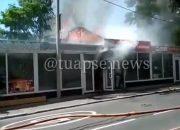 В Туапсе от горящего частного дома вспыхнули два ларька