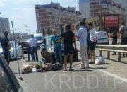 В Краснодаре две женщины перебегали дорогу и попали под машину