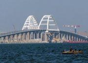 Молодоженов попросили не вешать свадебные замки на Крымском мосту