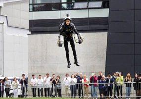 Британский «железный человек» надел реактивный ранец и взлетел. Видео