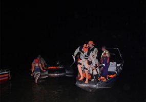 Спасатели эвакуировали семь человек с заглохшей в Азовском море лодки