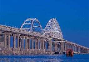 Автомобиль ехал по Крымскому мосту со скоростью 243 км/ч