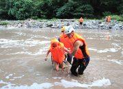 В Сочи спасатели помогли семье с четырьмя детьми перейти через горную реку