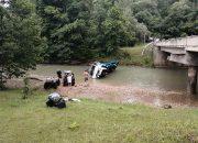 В Апшеронском районе эвакуатор с квадроциклами упал в реку