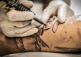 Британские ученые: пирсинг и татуировки опасны для организма