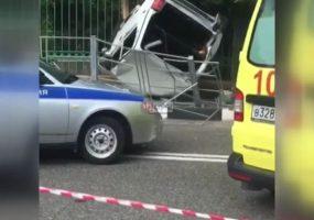 В Сочи машину откинуло на остановку, где было около 10 человек. Видео