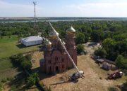 В Каневском районе на храм установили купола