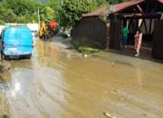 В Сочи из-за ливня пострадали несколько дворов и автомобиль