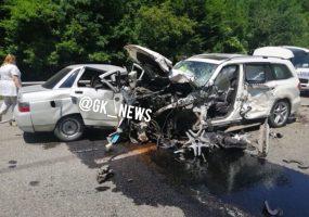 На Кубани по дороге на море водитель уснул за рулем и устроил массовое ДТП