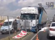 В Краснодаре фура снесла 15 метров дорожного ограждения и три знака