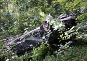В Сочи мужчина на автомобиле упал в 100-метровый овраг