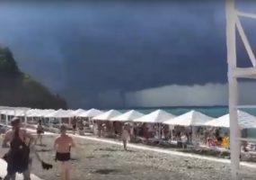 Под Геленджиком сняли на видео смерч над Черным морем