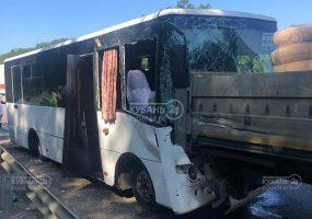 На Кубани в ДТП попали рейсовый автобус и грузовик, в больнице 10 человек. Видео