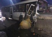 В Сочи рейсовый автобус врезался в отбойник, восемь человек пострадали. Фото