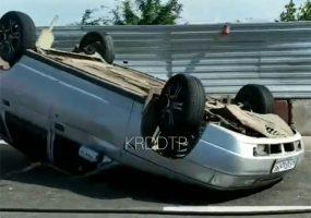 В Краснодаре после столкновения с грузовиком перевернулась легковушка