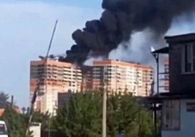 В Краснодаре загорелась крыша недостроенного многоэтажного дома