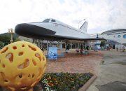 На набережной в Архипо-Осиповке установили легкий космический самолет