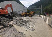 В районе Олимпийской деревни в Сочи от селевой грязи расчистили дорогу
