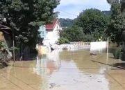 В Сочи после дождя подтопило улицы и подмыло опору ЛЭП