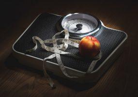Исследование: сон при свете грозит женщинам лишним весом