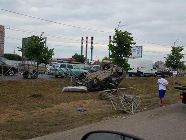 В Краснодаре водитель опрокинувшейся машины скрылся с места ДТП