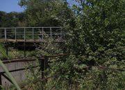 В Сочи девушка из-за сломанных перил упала с моста в реку