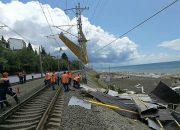 В Сочи крышу пляжного кафе ветром унесло на железнодорожные провода