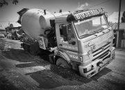В Краснодаре бетономешалка провалилась в яму на дороге