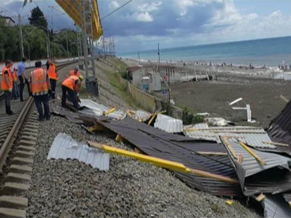 Непогода на Кубани: в Сочи ветер сорвал крышу с кафе, в Черном море видели смерч