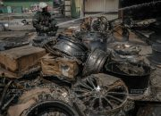 В Краснодаре продолжают проливать сгоревший склад шин