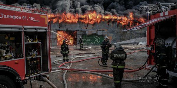 Крупный пожар на складе шин в Краснодаре. Фоторепортаж