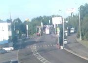 На видео попал момент ДТП с автобусом, который снес раму на Яблоновском мосту
