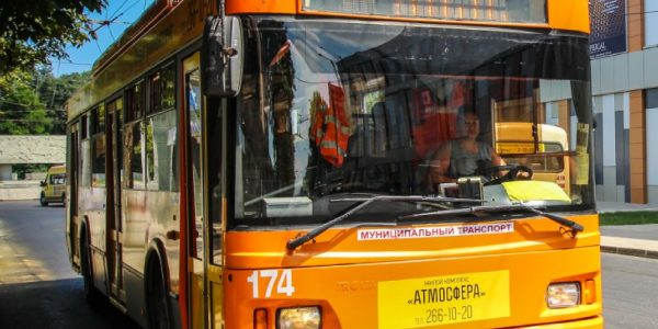 В центре Краснодара троллейбус столкнулся с такси